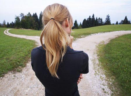 femme-devant-deux-chemins