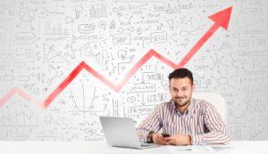 homme-affichant-en-arrière-plan-une courbe-de-profitabilité