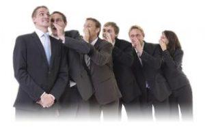 groupe-d'individus-se-parlant-en-secret-dans-l'oreille
