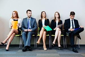 individus-assis-en-attente-d'un-entretien-d'emploi