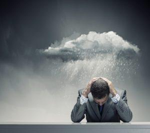 homme-sous-un-nuage-de-confusion