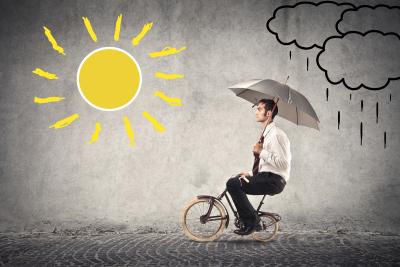 jeune-sur-bicyclette-confiant-face-à-un-soleil