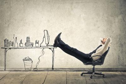 homme-relaxant-les-pieds-posés-sur-sa-table-de-travail