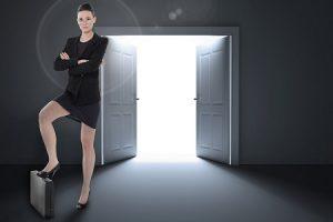 femme-jambe-appuyée-sur-valise