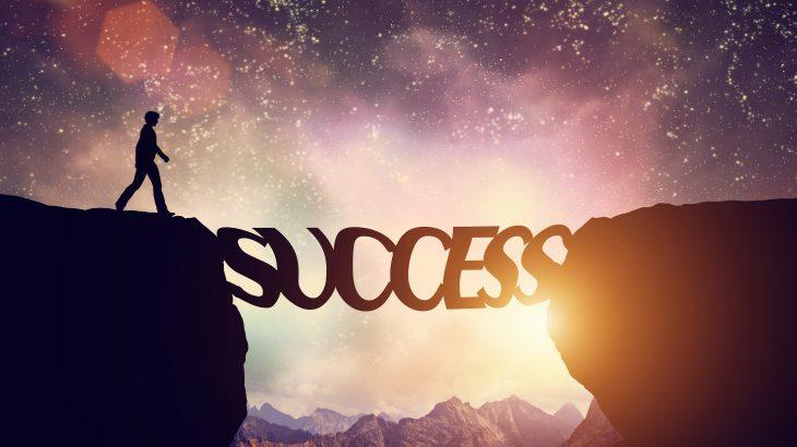 mot-succes-qui-forme-une-passerelle
