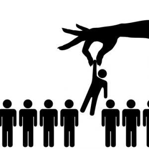main-qui-sélectionne-un-individu-parmi-plusieurs