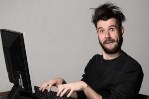 homme-comique-devant-son-ordinateur