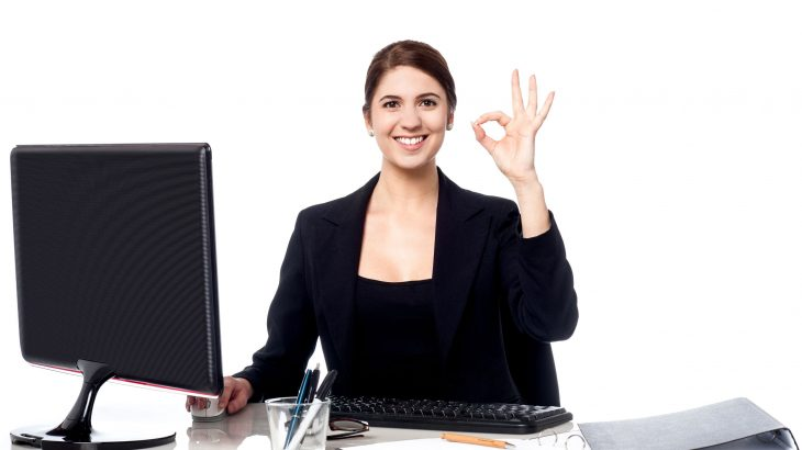 femme-souriante-assise-au-travail