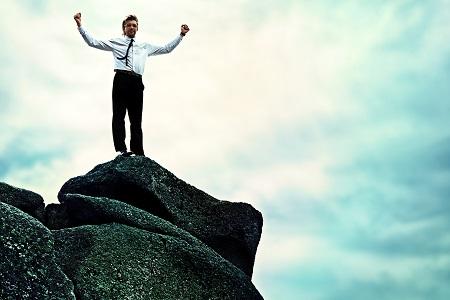 homme-fier-dacceder-au-sommet-d'une-montage