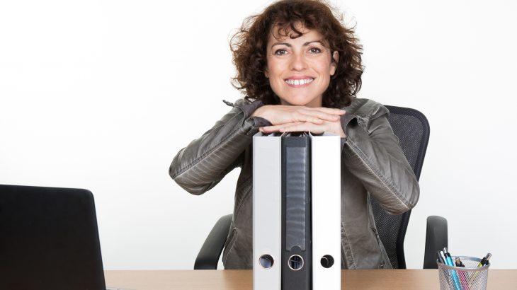 femme-assise-au-bureau-avec-cartables