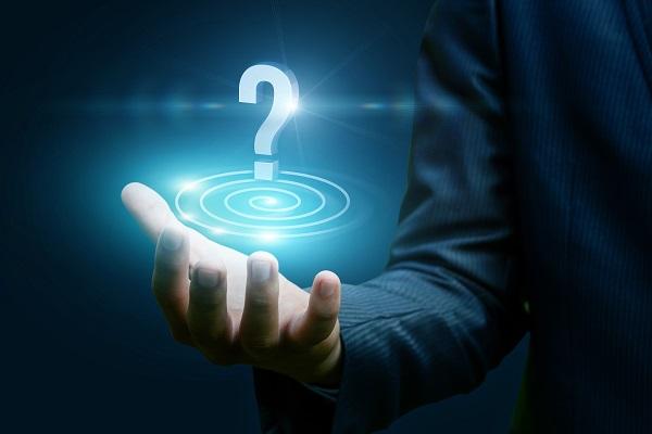 Point d'interrogation dans une main ouverte symbolisant les questions à se poser avant de postuler un emploi